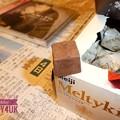写真: お誕生日のディナーはとっといたメルティーキッス~ディナー美味しい高いチョコ~Sam Smith流して新聞の向井理と~フラッシュ25mmF3.3でもボケた