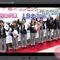 写真: 最高の5人+3人で万歳~女満別空港ふるさとへ涙の凱旋ヽ(;▽;)ノ「到着ロビーを埋め尽くすように詰めかけた大勢の人たちは、大きな拍手や歓声とともに」そだねー!