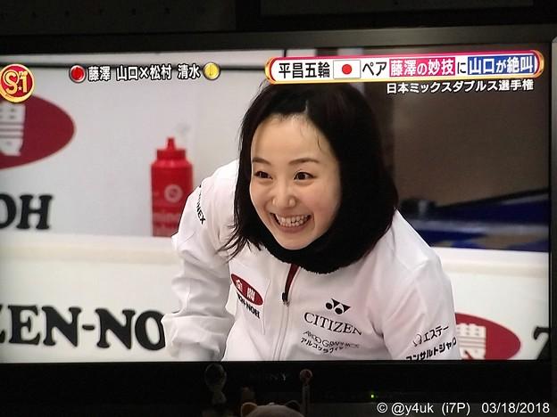 藤澤五月その雄叫びにも笑顔になってストーンを待つ(*^▽^*)プレーを楽しんでる天性の選手、平和なカーリング(*゚▽゚*)そだねー!
