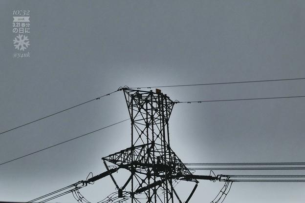 10:32 神々しい鉄塔~春分の日の雪の前、冷たい雨の中で孤独に伝える~ズーム335mm