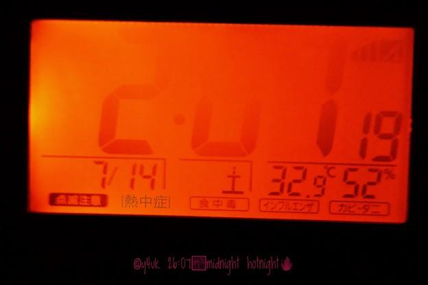 写真: 32.9℃52%26:07midnight hotnight~時も燃えかける深夜に真っ赤の熱帯夜~淋しい熱帯夜~温湿度計はたまにでいい神経質はよくない。時間見るついででいいから見よビックリするよ深夜に