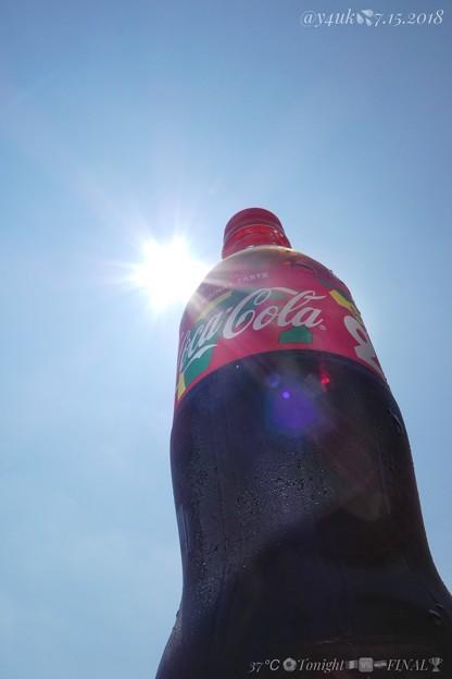 37℃青空太陽殺人酷暑だコカ・コーラ#SEN限定☆一気にぬるくなった…水分補給には炭酸コークよりスポーツドリンクか水&塩が熱中症対策に効く。暑さにCoca-Cola is Cool!今夜はW杯決勝戦