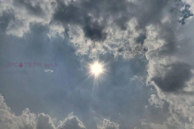 """39℃の暑い空。燃える太陽、茹る雲。太陽が雲にかくれんぼすれば直射遮り数℃下がるが…外遊びは熱中症~クリエイティブモード""""インプレッシブアート""""「汗、汗、行楽地も猛暑熱中症搬送きょうも」~ネコ耳扇風機"""