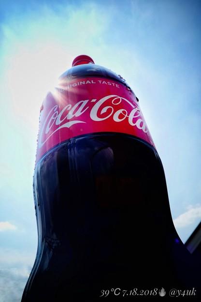 """写真: 39℃oca-Cola & crazy Sun BlueSky Hotday, HotCoke~酷暑に低い湿度にコカ・コーラまいう~!重たい大きい汗だく1.5L!クリエイティブ""""ポップ""""ver太陽青空"""