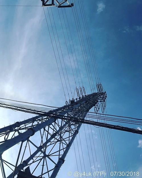 Photos: 見上げる鉄塔、夏空。熱中症の中で~酷暑の中、旅の向かうフラフラ途中、見上げればblusky graduationと五線譜に歌うsummer time blues♪(Instagram ver)