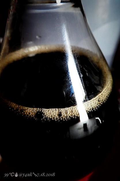 コカ・コーラは炭酸!爽やかなつぶつぶ泡!黒!39℃酷暑で汗だく飲む超気持ちいい!Hotday of Coca-Cola 1.5L(macro mode) 今夜8.6_24:44雨とかやっと30℃で涼…