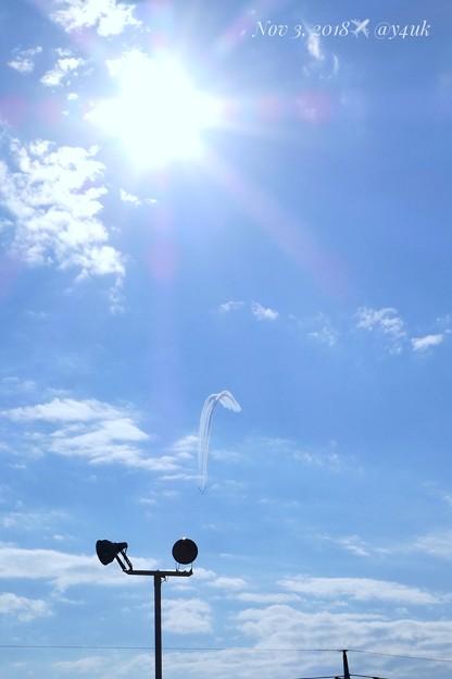 写真: 暖かい太陽の下で踊るブルーインパルスが神々しい~スモークで青空に描くターンは夢と希望、何度でもやり直せる優しさ思いやり~太陽が照明が自分も照らしてくれる日はいつ?(63mm/シャッター優先:TZ85)