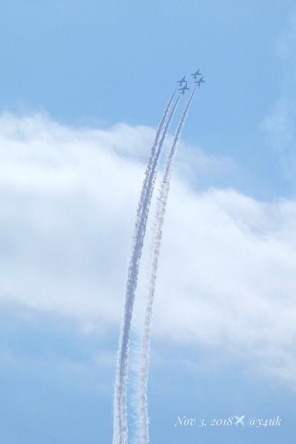 13:43優しい空にブルーインパルス4機編隊が上昇!上を向いて飛ぼう涙が零れないように♪希望の煙スモークで描くよ奇跡は起きる!遥か遠くの旅をコンデジでズームイン(750mm/シャッター優先:TZ85)