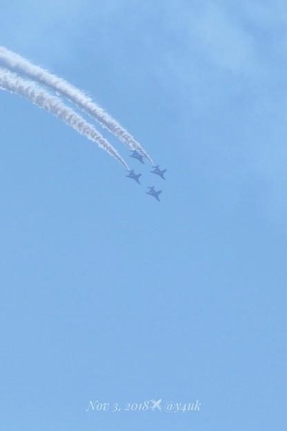 Photos: 天まで上がったら一気に下るぅ!凄まじいアクロバット飛行のブルーインパルスは鳥の様に優しい青空に描くスモーク☆いい見(11.3)旅先~望遠デジタル域ズーム突入!(1218mm/シャッター優先:TZ85)