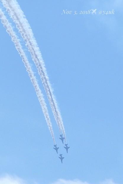 急降下中!急いでさらにズームイン4機捉えた!旅先から遥か遠い場所へも近い~ブルー空は1つ~大好きの喜び興奮共鳴共感感謝~驚異のデジタル域ズーム揺れるも撮れた!(1218mm/シャッター優先:TZ85)