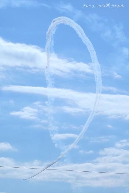 優しい空と雲とブルーインパルスの共演!大空キャンバスに(前写真の流れ)急上昇から急降下し弧を描く!爽快な壮大な光景に興奮と喜びがターンする!フレームインできた◯(167mm/シャッター優先:TZ85)