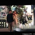 """7話:悲しみの病院帰り夜までずっと手を繋いだまま2人は夜の想い出の場所を歩く。戸田恵梨香(尚)「離さない」小さくも愛おしい望遠でXmasぽい見事なカメラワーク◯2人笑顔が都会をも輝かしていた""""大恋愛"""""""