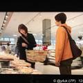 """写真: 8話:戸田恵梨香(尚)「料理はあまりできなくて…『お惣菜』の鯖の味噌煮を買う」女だからって料理できなくていい。自分は毎晩お惣菜だ。庶民的なベルクスでお惣菜買う素朴さに小さな幸せ。鯖は今大人気""""大恋愛"""""""