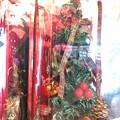写真: クリスマスツリーは小さくてもいい。チェックリボン松ぼっくりも付いてた可愛い和む、飛行機後→穏やか静寂、幸せ、温かい心を赤い愛を灯りを1人でも願う祈るXmas, Joy to the red world