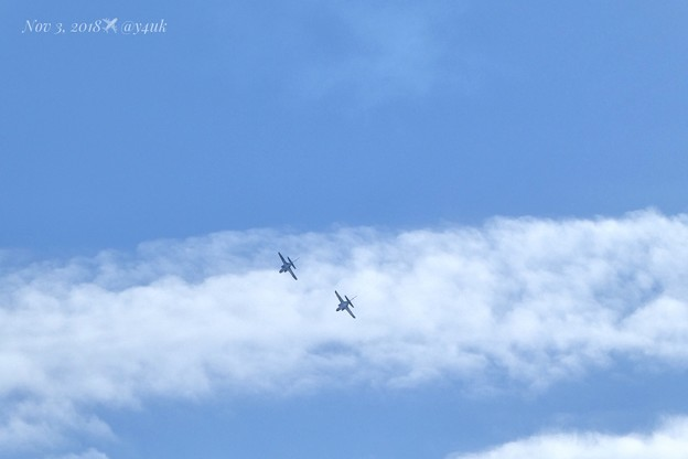 13:52ブルーインパルス2機キター!のお尻&青空と雲~まだまだ続くよ秋空に描く壮大なロマンの航空ショー曲芸ダンス~高倍率ズーム小型デジカメだから(313mm/シャッター優先:TZ85)今ならHX99