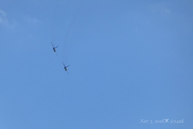 2機のブルーインパルスがお尻を見せながら秋晴れの大空を旅の遠くへ旋回して踊るSwing Jazz芸術の秋~飛ぶ喜び希望~超望遠は超小型コンデジでフレーム画角イン(665mm/シャッター優先:TZ85)