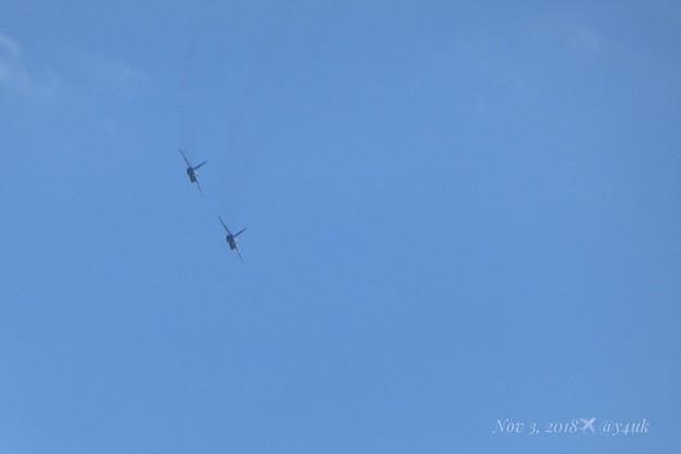 Photos: 2機のブルーインパルスがお尻を見せながら秋晴れの大空を旅の遠くへ旋回して踊るSwing Jazz芸術の秋~飛ぶ喜び希望~超望遠は超小型コンデジでフレーム画角イン(665mm/シャッター優先:TZ85)
