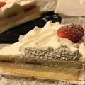 写真: 19:39Xmas Eve~2つのケーキと1人きりで食べるショートケーキ~いちご生クリーム北海道産おいしい甘い( ´ ▽ ` )小さな幸せ。安いスーパーの今年も買って帰って保存しといて期限切れても美味