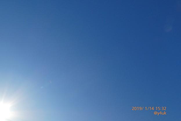 "Xmasから1ヶ月も""乾燥""つづく""青い空の真下で""叫ぶ喉も渇いて痛くて叫べない空は毎日変わらない""青と太陽""のグラデーション~everyday blue sky(1.26曇った強風厳寒)TZ85"