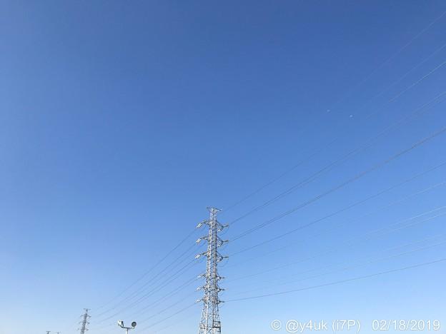 2.18_14:54旅先1.屋上から大きな青空グラデーション鉄塔は手を繋いで繋がってる電線わたって会いにゆく飛んで飛ばしてゆく!旅の始まり~きょうしかないSkyblueも音楽も好きで深夜5時間聴いた