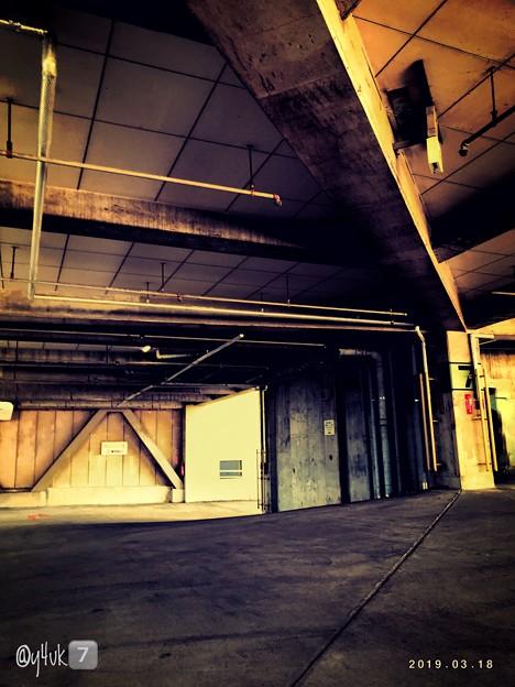 18旅先その3.「7」光と陰。無機質な建築物。AKデザイン的な斜め鋭角、質感サビ♪闇取引ぽい場所から希望の光へ向かう途中~shine light. dark side life. hope wish.