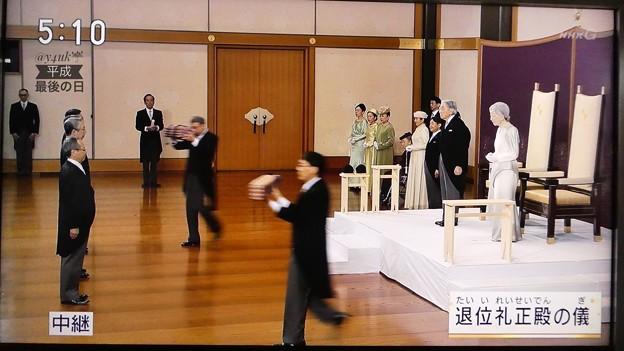 """Photos: 17:10""""退位礼正殿の儀""""その5.天皇皇后両陛下退位の日~松の間☆謎のつるぎとまがたまを(//∇//)ピカピカ床上を~歴史守る何百年と継続する日本の良さ見せて!NHK生中継リアルタイム☆歴史的瞬間☆"""