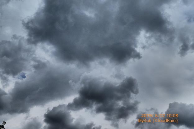 10:08am_CloudRainいまにも降りそうなあやしい空模様~白と黒の共演重厚なサウンド二重奏雲に鉄塔も驚きひょっこりはん!pmやはり大雨、珍しく低温…梅雨疲労(インプレッシブアート:TZ85)