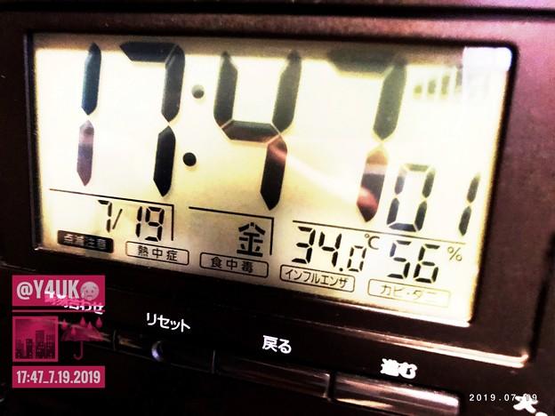 """17:47夕方で""""34℃56%""""外は雨でも気温下がらないからかなり蒸し暑い…身の危険を感じた(~_~;)夕方に最高気温湿度記録…こんな酷いのはずめただ…躰ヤバかった…夜も蒸す日々寝不足…日中も蒸し暑い"""