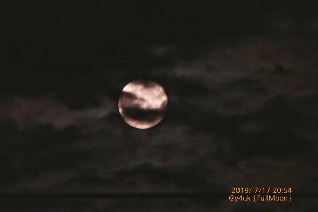 20:54_7.17FullMoon~雲の隙間、お満月◯昼は晴~神秘的月のパワー落ち着く。雲だらけ夜と一緒に月撮れ嬉しい♪設定(625mm,1/10,F6,ISO1600,露出-2,手持ち:TZ85)