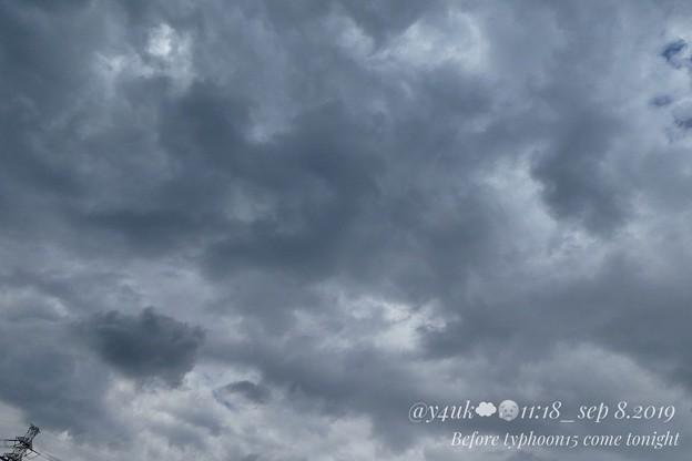 11:18_9.8 Before typhoon15 come tonight~今深夜、最強台風が関東直撃する日。嵐の前触れ。鉄塔ひょっこり不安そう1人立つ。蒸し暑い湿気→曇り→雨→晴れ、めまぐるしい