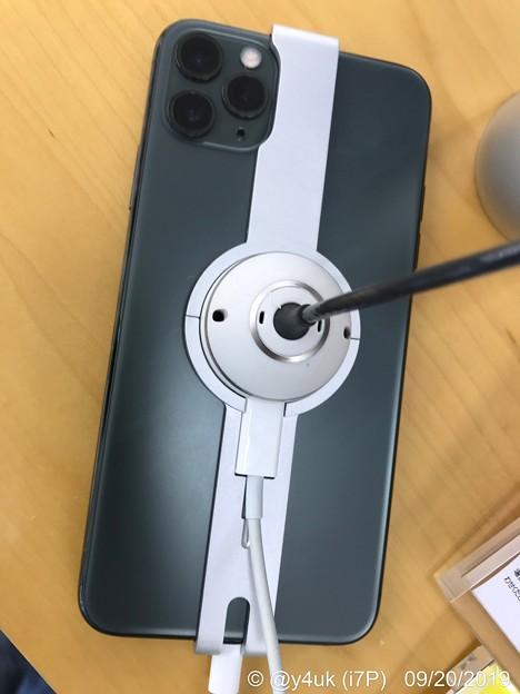 """Photos: 発売日の旅""""iPhone11Pro Max [Midnight Green]""""色々行くついでに見に行った。やはり実色、実物の印象、感受性は変わった…「クイズです。これは緑か灰かどっちの色でしょう?」"""