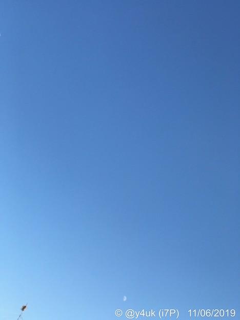 11.6_15:27旅先その1.秋冬の澄んだ青空グラデ、白い月、アンテナひくひく~朝晩の冷え込み冬、風邪で寒けでも行った今日お得デ~色々Go!1店舗目のサンタ(57mm望遠側:iPhone7Plus)