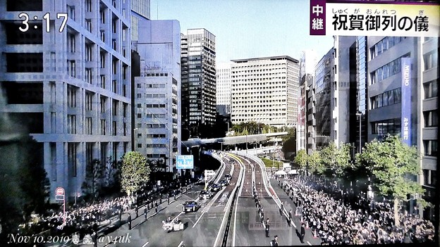 """15:17NHK生中継~即位祝賀パレード""""祝賀御列の儀""""~首都高降りて「青山通り」進入、最高数の観客数☆等間隔警備、全道路封鎖☆東京らしい構図と場所。昔一度、電車乗り継ぎここへ、遠かった足ずって歩いた"""