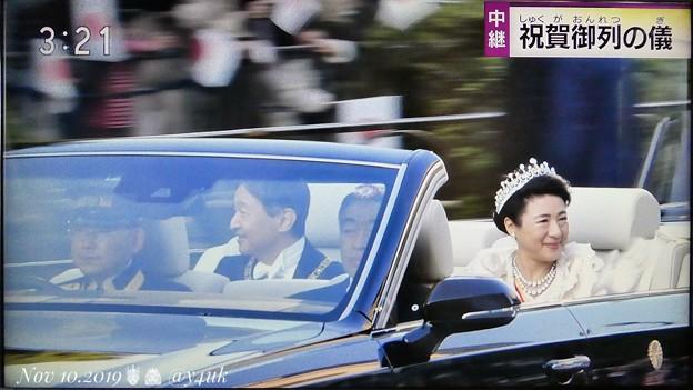 """15:21NHK生中継~即位祝賀パレード""""祝賀御列の儀""""~青山通りを滑るも笑顔の天皇皇后両陛下どちらもいい感じで撮れた☆""""ガラス越しの天皇陛下""""という名の歌でも作ろうか?輝くまばゆい神々しい皇后様も♪"""