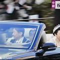 """Photos: 15:21NHK生中継~即位祝賀パレード""""祝賀御列の儀""""~青山通りを滑るも笑顔の天皇皇后両陛下どちらもいい感じで撮れた☆""""ガラス越しの天皇陛下""""という名の歌でも作ろうか?輝くまばゆい神々しい皇后様も♪"""