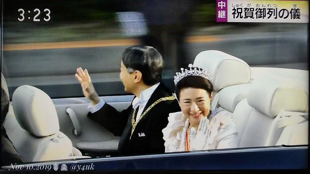 """15:2317NHK生中継~即位祝賀パレード""""祝賀御列の儀""""~青山通りオープンカー真横から天皇皇后両陛下2ショット☆溢れる笑顔にフリルドレスが似合ってティアラが光って喜んでおります☆手を振り力笑顔希望"""