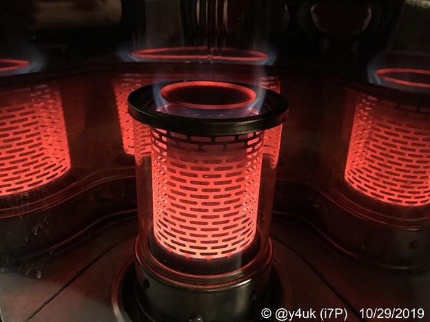 10.29今冬初ストーブ点火!オレンジ4人ユニットダンスが暖かい♪ストーブ暖房最強!これでも寒い時は0℃小さいストーブだから猫を抱きしめたいけど猫は人でない…iPhone7Plus燃えそうな近距離撮影