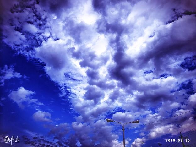 9.30旅先その2.blue sky cloud street light shot on iPhone7Plus~遥か遠くの空に到着。したらこんな空(3ヶ月前と同じ場所へ今日12.2雨後旅って来た)