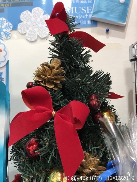 12.2旅先その6.Mini XmasTree松ぼっくり&赤リボン♪小さなクリスマスツリーも好き(^^)美味しそう松がお菓子の様で食べたい愛をください小さな幸せに気づく事ができたから撮れた些細で誰も…