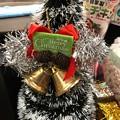 Photos: 12.6_19:27旅先その8.夜おひとり様外食後のレジ横にもXmasツリー!小さく隣にプレゼントも置かれてて可愛い☆店内がXmas飾りでサイコー豪華ディナー後会計「Xmasは1.6まで続く」教会ツイ