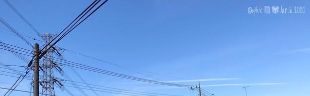 Photos: 1.6.2020旅先その1.平日スタート~¥360送料フリマ+¥1x2ネズミ=発送。冬の青空グラデーションに雲2つ飛ぶ、鉄塔と電柱の様に交わりながら初詣に向かって行くのかと愛である…次に行くんだ1人で