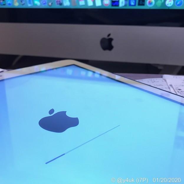 19:42まだバックアップ→リカバリー中…3時間経過もまだ終わらない(ハブで遅いせい)。Appleマークがリンゴに見えて美味しそう。Apple同士連携最高(WB寒色系へ降りながらホワイト撮影:i7P)