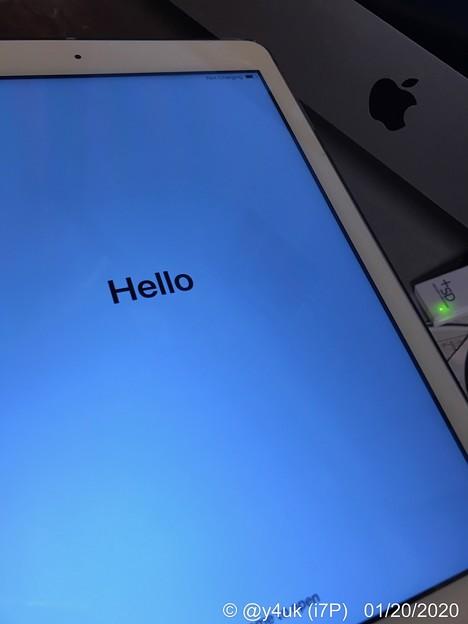 """20:33_1.20MacでiPadをバックアップ→リカバリー3時間半後の夜""""Hello""""初期化完了→この後バックアップデータ戻すリカバリーこれも1時間ほど。最中にMacCPU全開リスキーブログメンテ"""
