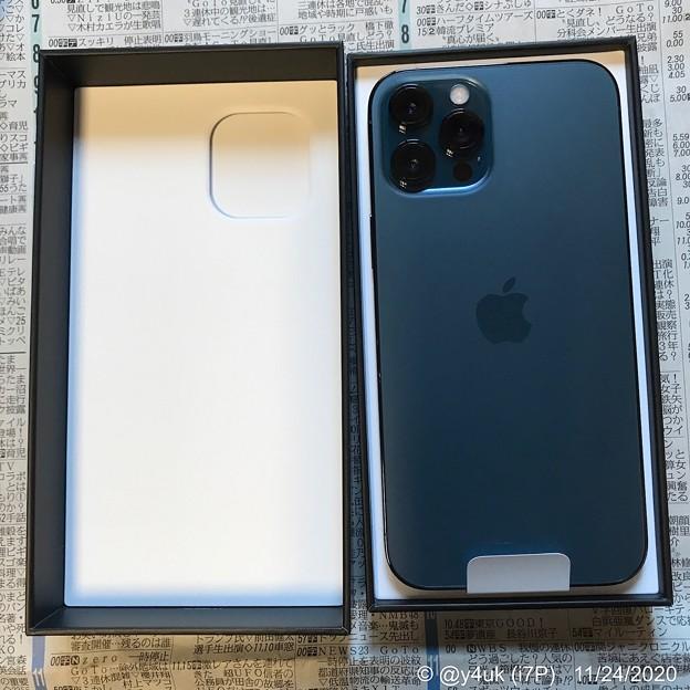 """11.24到着開封の儀5""""Apple特製:薄い箱を開けた玉手箱感動デカイ!パッケージからもAppleらしさ""""iPhone 12 Pro Maxパシフィックブルー□サイド直角が愛用してた5s回帰覗き興奮"""