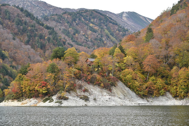 黒部ダム湖からの平の小屋