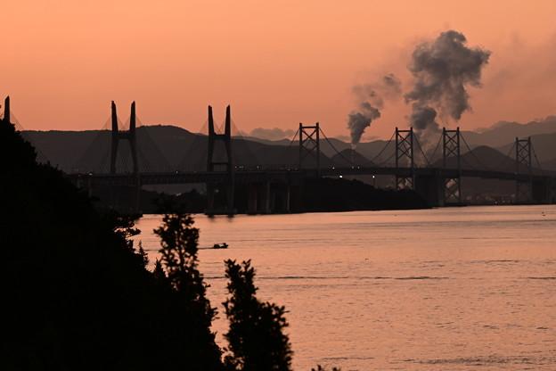 朝焼けの中の瀬戸大橋