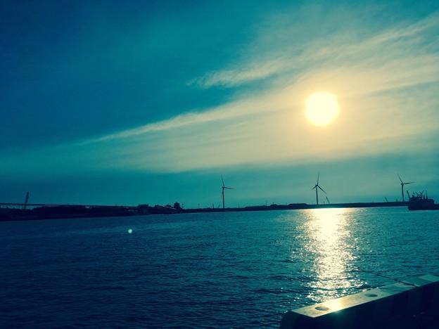 日暮れと蒼い海