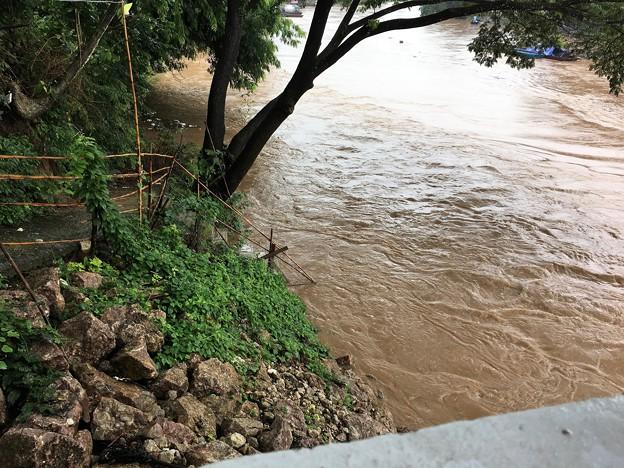 Photos: 大増水の国境の川 (1)