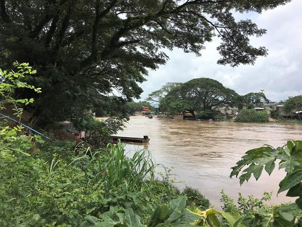 大増水の国境の川 (8)