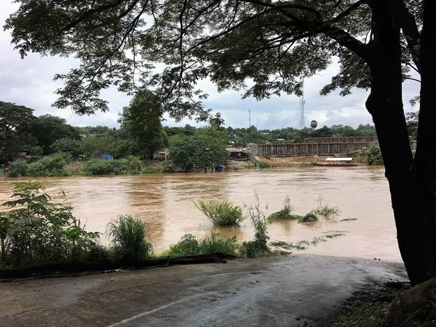 大増水の国境の川 (6)